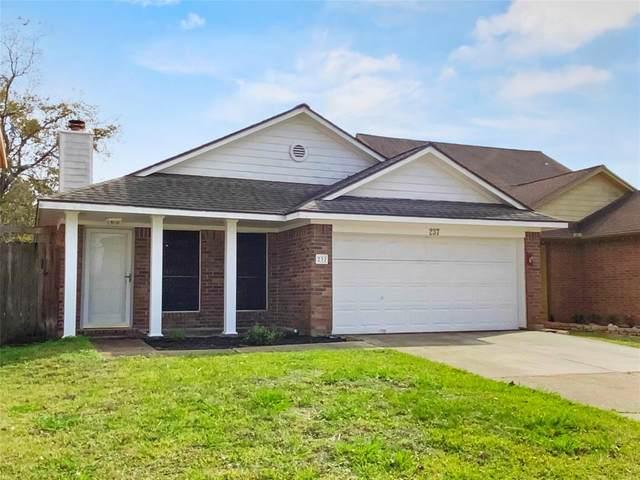 237 Almond Drive, Lake Jackson, TX 77566 (MLS #81321189) :: Ellison Real Estate Team