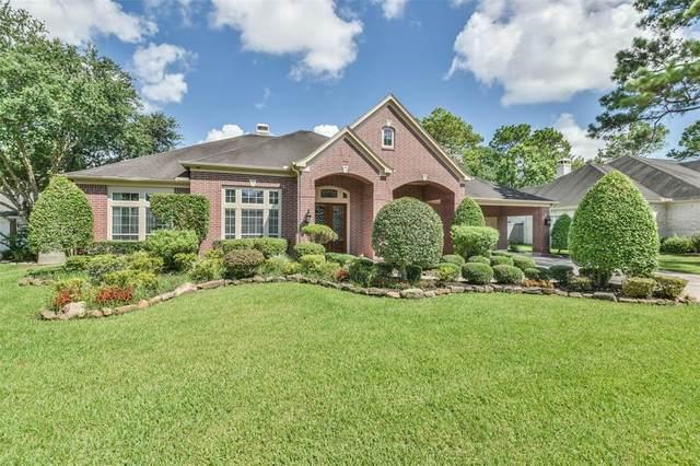 705 Red Oak Lane, Friendswood, TX 77546 (MLS #88032167) :: My BCS Home Real Estate Group