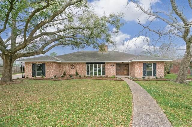 11 Whittier Drive, Friendswood, TX 77546 (MLS #88496263) :: Rachel Lee Realtor