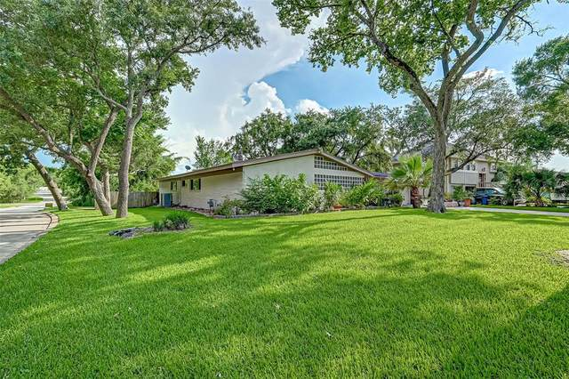 101 Cedar Lane, Seabrook, TX 77586 (MLS #89972547) :: The Freund Group