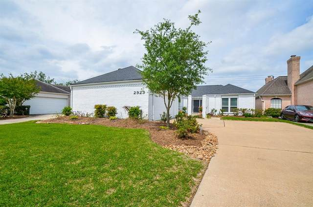 2923 Country Club Boulevard, Sugar Land, TX 77478 (MLS #20903590) :: The SOLD by George Team