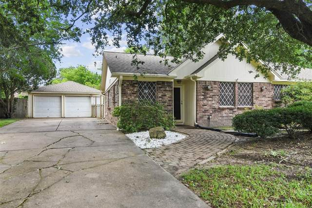 2205 Cambridge Court S, League City, TX 77573 (MLS #54689150) :: The SOLD by George Team