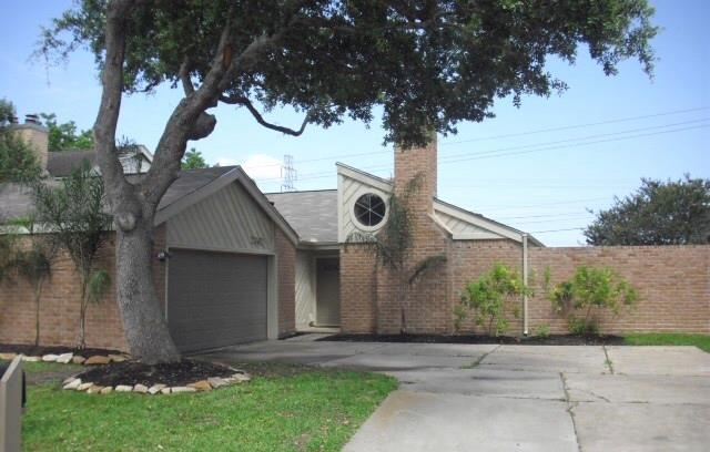2362 College Green Drive, Houston, TX 77058 (MLS #19343646) :: The SOLD by George Team