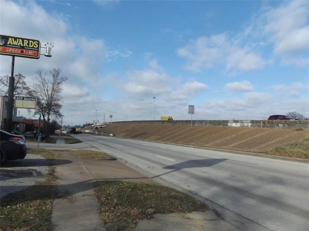 2615 North Freeway - Photo 1