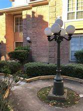 12100 Overbrook Lane 8B, Houston, TX 77077 (MLS #27189099) :: The SOLD by George Team