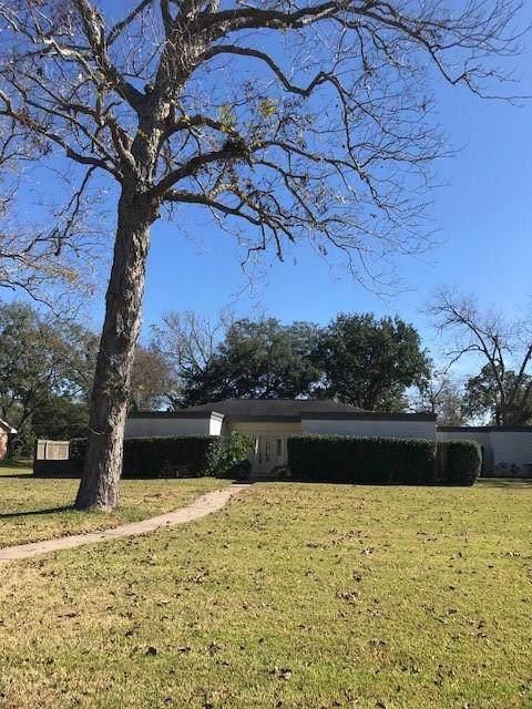 127 Cedar Street S, Lake Jackson, TX 77566 (MLS #3184380) :: The SOLD by George Team