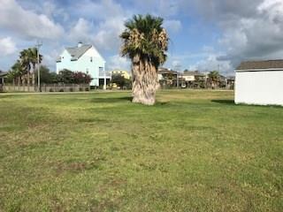 945 Gulfview Drive, Crystal Beach, TX 77650 (MLS #42936055) :: Christy Buck Team