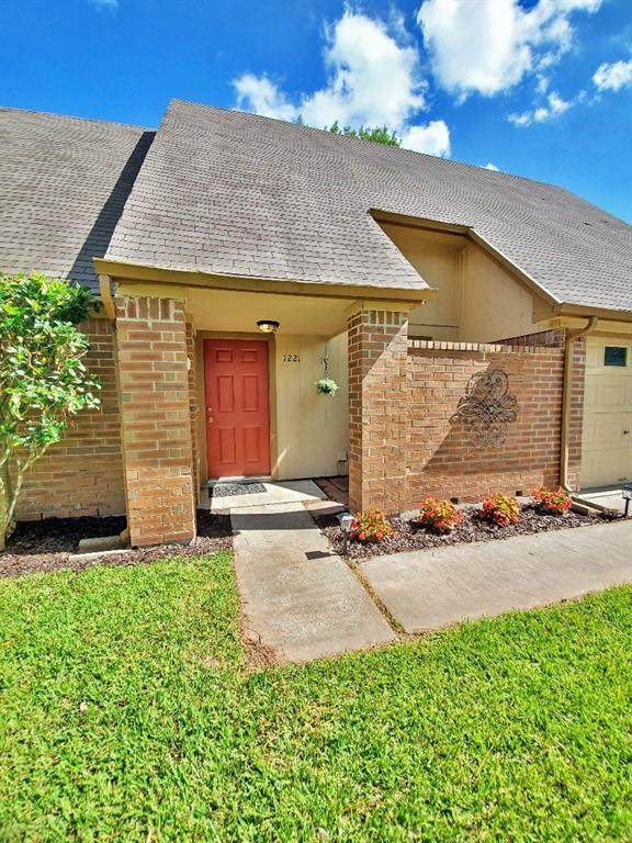 1221 Molina Court, Angleton, TX 77515 (MLS #58286268) :: Texas Home Shop Realty