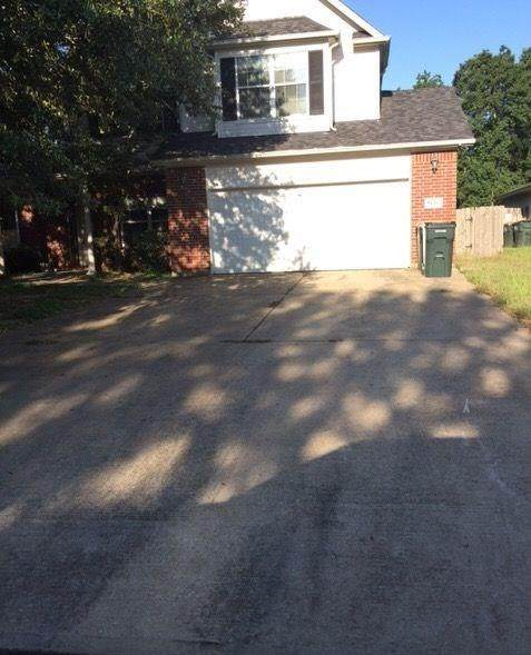 1305 Mockingbird Bend, Sealy, TX 77474 (MLS #66472923) :: Ellison Real Estate Team