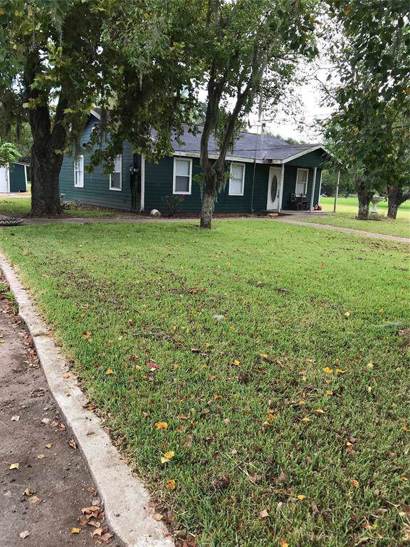 300 Halls Road, Angleton, TX 77515 (MLS #69830475) :: The Queen Team