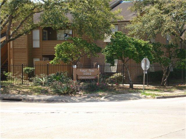 10202 Forum Park #15, Houston, TX 77036 (MLS #84646578) :: Carrington Real Estate Services