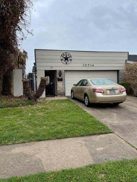 10714 Sandpiper Drive, Houston, TX 77096 (MLS #98228575) :: Christy Buck Team