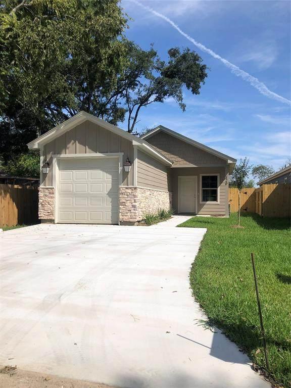 320 W Live Oak Street, Angleton, TX 77515 (MLS #48937551) :: The Property Guys