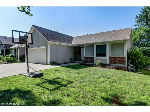 1721 E Sleepy Hollow Drive, Olathe, KS 66062 (#2053320) :: The Shannon Lyon Group - Keller Williams Realty Partners