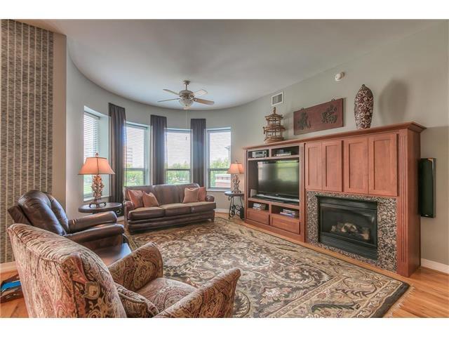 4900 Central Street #301, Kansas City, MO 64112 (#2065918) :: Carrington Real Estate Services