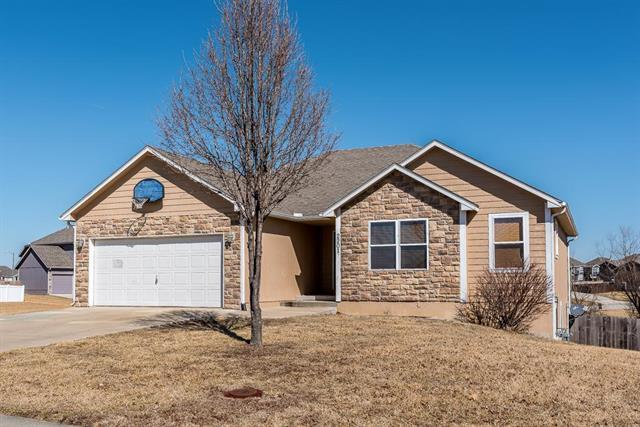 2201 Hidden Valley Drive, Tonganoxie, KS 66086 (#2091500) :: The Gunselman Team