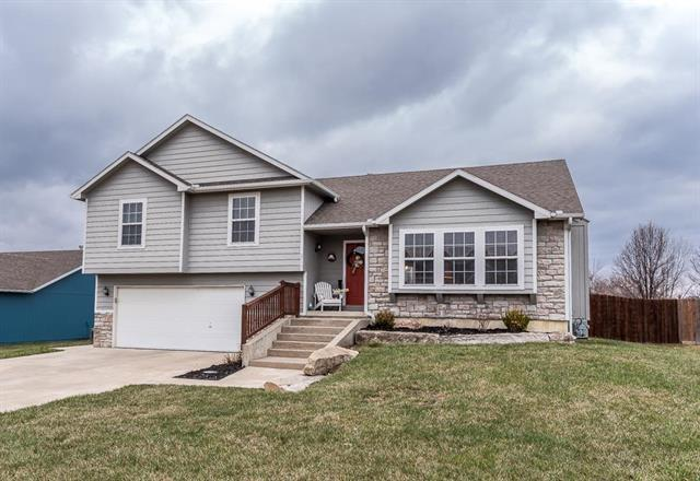 2715 E Hickory Court, Tonganoxie, KS 66086 (#2095433) :: Edie Waters Team