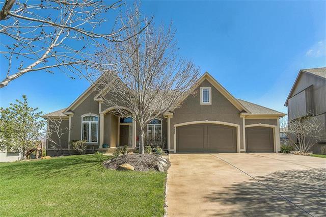 9615 Belmont Drive, Lenexa, KS 66227 (#2099298) :: Char MacCallum Real Estate Group
