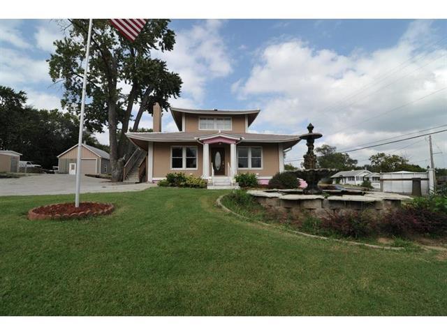 8702 W 49th Terrace, Merriam, KS 66203 (#2099657) :: Char MacCallum Real Estate Group