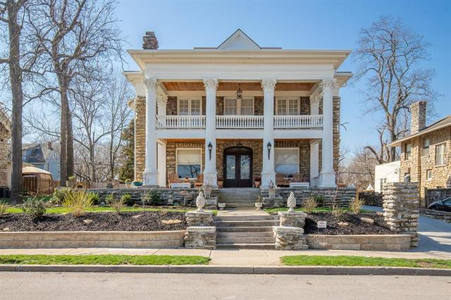 1825 E 48TH Terrace, Kansas City, MO 64130 (#2101887) :: Edie Waters Network