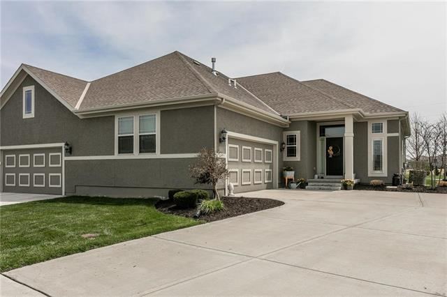 11087 S Parish Street, Olathe, KS 66061 (#2103500) :: The Gunselman Team