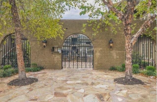 1111 W 46th Street #25, Kansas City, MO 64112 (#2107688) :: Char MacCallum Real Estate Group