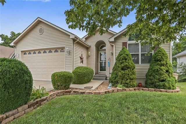 823 SW Bishop Drive, Blue Springs, MO 64015 (#2108476) :: Team Real Estate