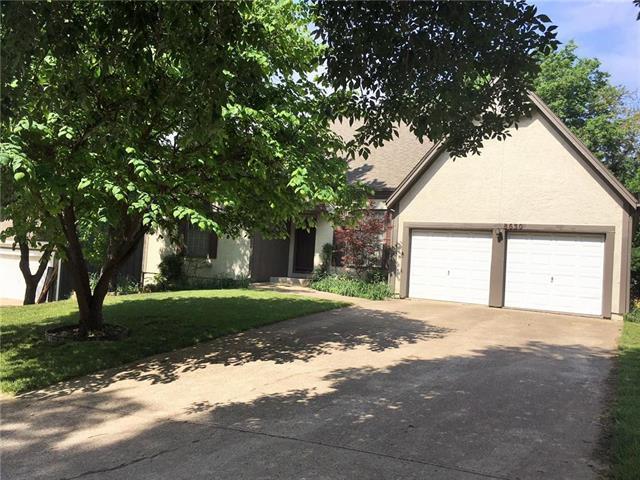 8630 Oakview Drive, Lenexa, KS 66215 (#2108814) :: Edie Waters Network