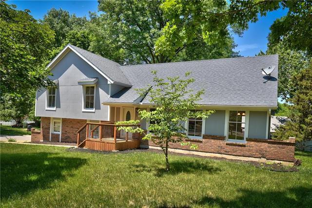 1001 NW Woodview Circle, Blue Springs, MO 64015 (#2110858) :: Edie Waters Network