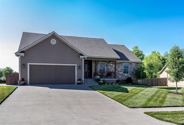 2221 Valley View Drive, Tonganoxie, KS 66086 (#2111116) :: Edie Waters Network