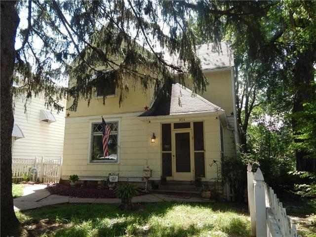 924 3rd Avenue, Leavenworth, KS 66048 (#2111723) :: Edie Waters Network