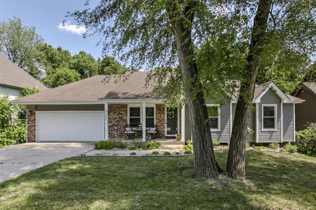 5117 NW Walden Drive, Kansas City, MO 64151 (#2113258) :: The Shannon Lyon Group - ReeceNichols