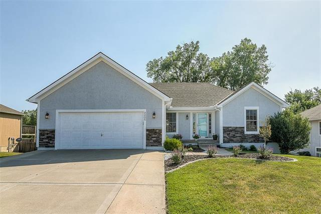 2205 Hidden Valley Drive, Tonganoxie, KS 66086 (#2113324) :: Edie Waters Network