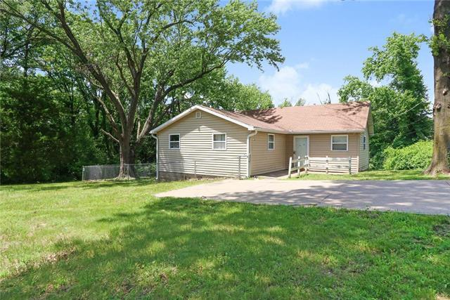 9012 E 32nd Street, Independence, MO 64052 (#2116342) :: Edie Waters Network