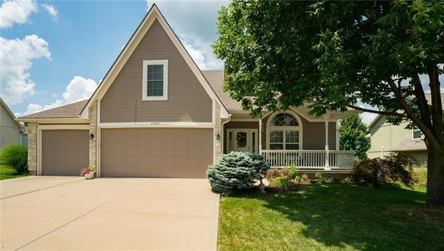 1509 SW Cross Creek Place, Blue Springs, MO 64015 (#2116856) :: Edie Waters Network