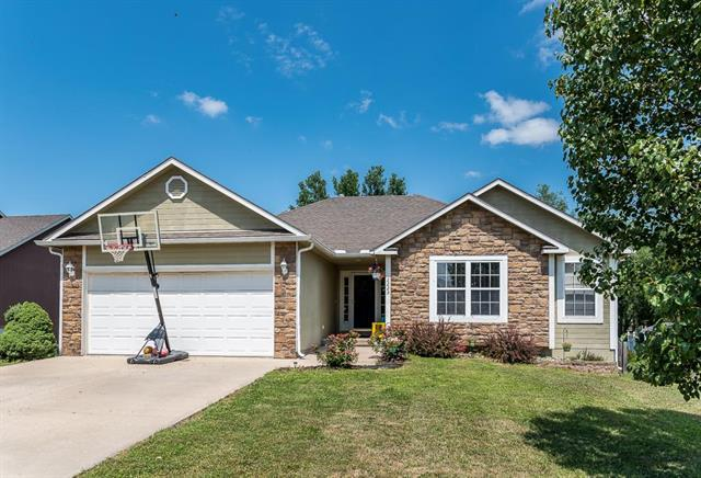 2225 Hidden Valley Drive, Tonganoxie, KS 66086 (#2116935) :: Edie Waters Network