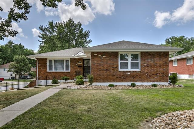 1711 NE 68th Place, Gladstone, MO 64118 (#2116990) :: Edie Waters Network