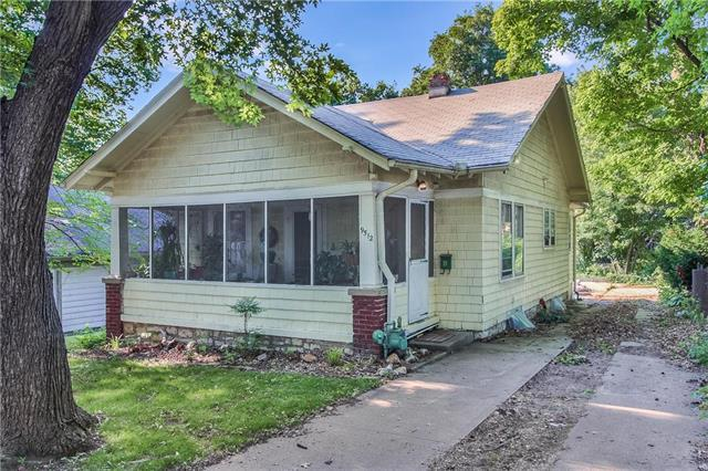9512 E 16th Street, Independence, MO 64052 (#2117245) :: Edie Waters Network