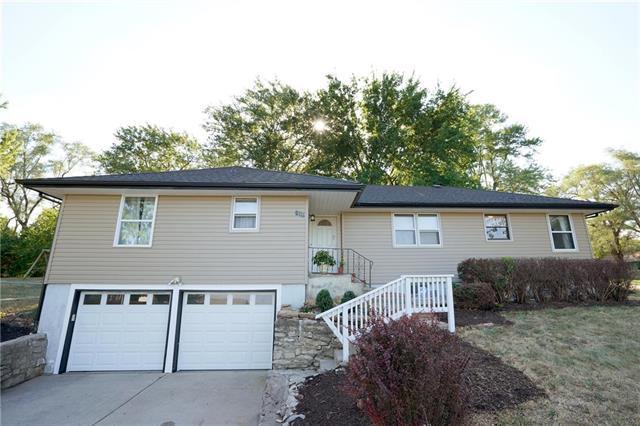 8111 E 99th Terrace, Kansas City, MO 64134 (#2119265) :: Edie Waters Network