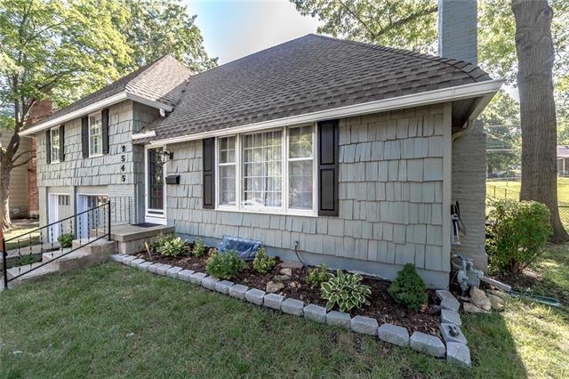 9545 Roe Avenue, Overland Park, KS 66207 (#2119421) :: Char MacCallum Real Estate Group