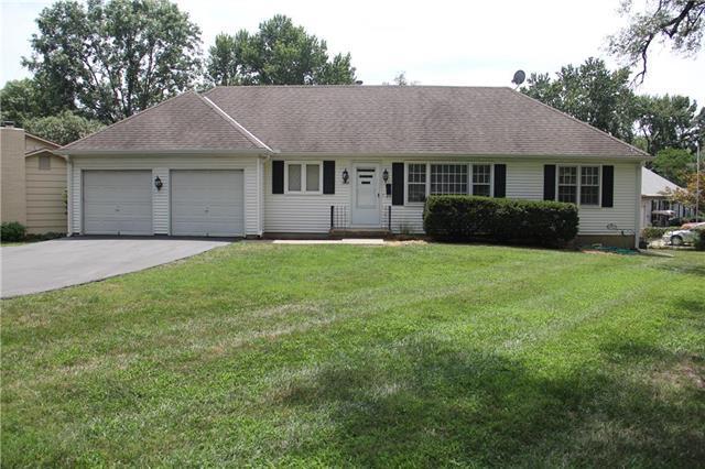 7901 W 92nd Terrace, Overland Park, KS 66212 (#2120391) :: Edie Waters Network