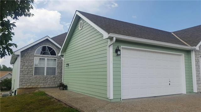 2045 Country View Court, Tonganoxie, KS 66086 (#2124029) :: The Gunselman Team