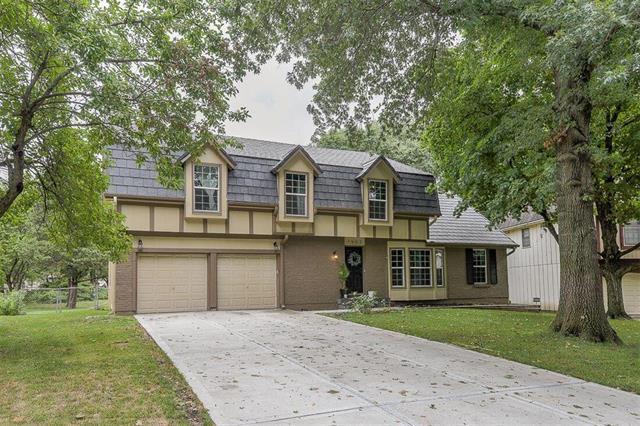 7907 Hauser Drive, Lenexa, KS 66215 (#2126010) :: Char MacCallum Real Estate Group