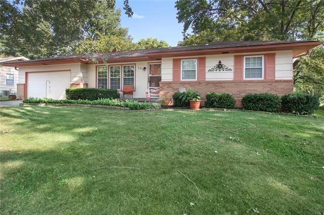 509 NW Lakeview Road, Blue Springs, MO 64014 (#2126235) :: Char MacCallum Real Estate Group