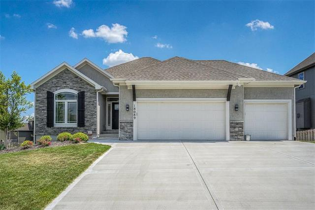 18089 W 164th Terrace, Olathe, KS 66062 (#2127382) :: Edie Waters Network