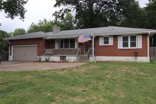 8524 W 61st Street, Merriam, KS 66202 (#2128259) :: Edie Waters Network