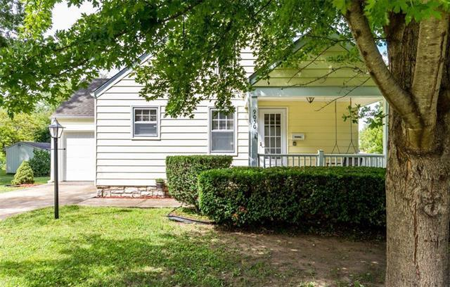 9050 E 66th Terrace, Raytown, MO 64133 (#2128293) :: Char MacCallum Real Estate Group