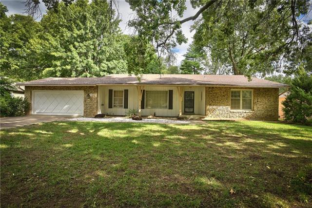 7216 W 100th Place, Overland Park, KS 66212 (#2129044) :: Edie Waters Network