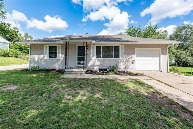 9612 E Gregory Boulevard, Raytown, MO 64133 (#2129402) :: Edie Waters Network