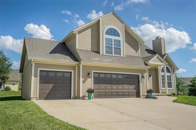 2301 SW Stone Bridge Court, Lee's Summit, MO 64082 (#2129656) :: Edie Waters Network